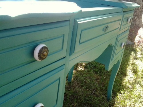 Pretty little handles set off the striking colour perfectly.